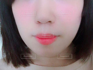 近くにカメラを見て赤髪の女のアップの写真・画像素材[1544845]