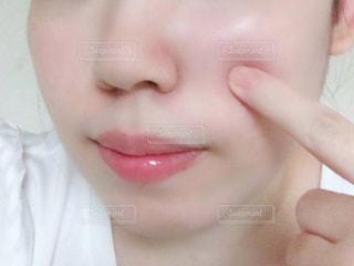 近くに彼女の歯を磨く女性のアップの写真・画像素材[1586447]