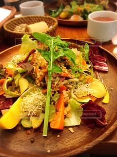 木製のテーブルの上に食べ物のプレートの写真・画像素材[854818]