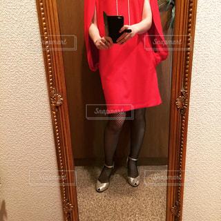 カメラにポーズ鏡の前に立っている女性の写真・画像素材[706174]