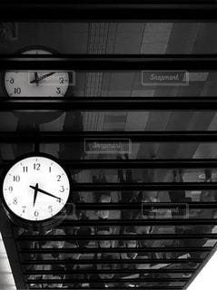 建物の側面を離れて掛かる時計の写真・画像素材[708343]