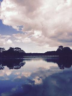 池に映る雲の写真・画像素材[747997]