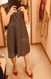 カメラにポーズ鏡の前に立っている人の写真・画像素材[1201409]