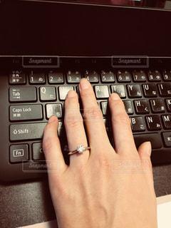 ノート パソコンのキーボードの上に座って人の写真・画像素材[1201412]