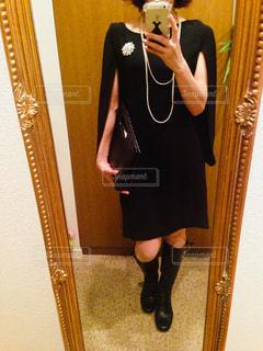 カメラにポーズ鏡の前に立っている女性の写真・画像素材[1201468]