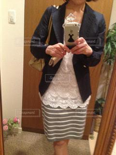 カメラにポーズ鏡の前に立っている人の写真・画像素材[1202677]