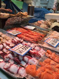 大阪にある黒門市場では鮮魚の、食べ歩きができますよの写真・画像素材[1202799]