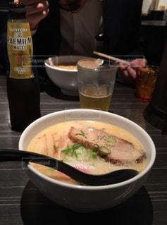 テーブルにあるスープのボウルの写真・画像素材[1202802]
