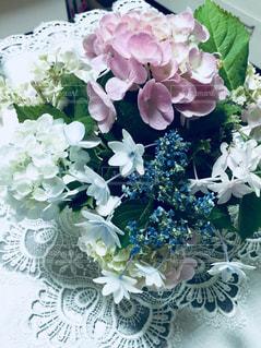 テーブルの上に花瓶の花束の写真・画像素材[1202816]