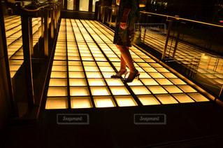光る道を歩く女性の写真・画像素材[1203198]