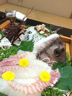 テーブルの上に食べ物のプレートの写真・画像素材[1204658]