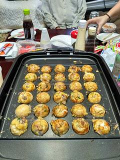 グリルの上に食べ物のトレイの写真・画像素材[1204667]
