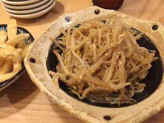 テーブルの上に食べ物のプレートの写真・画像素材[1204710]