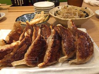 テーブルの上に食べ物のプレートの写真・画像素材[1204712]