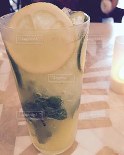 近くのテーブルの上のガラスのコップで飲み物をの写真・画像素材[1206754]