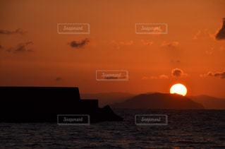 水の体に沈む夕日の写真・画像素材[1206941]