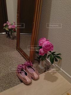 テーブルの上のピンクの花で一杯の花瓶の写真・画像素材[1216870]