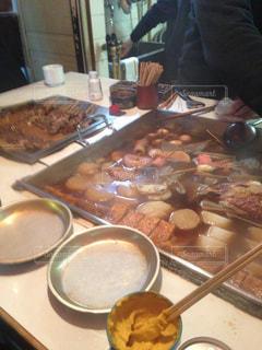 テーブルの上に食べ物を調理人の写真・画像素材[1216873]