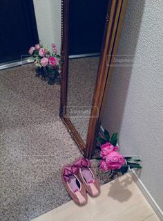 テーブルの上のピンクの花で一杯の花瓶の写真・画像素材[1216963]