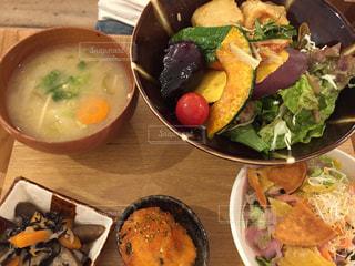 テーブルの上に食べ物のボウルの写真・画像素材[1217041]