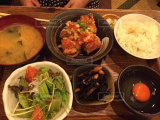 テーブルの上に食べ物の種類で満たされたボウルの写真・画像素材[1217042]