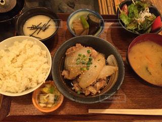 テーブルの上に食べ物のボウルの写真・画像素材[1217043]
