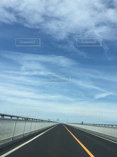 水の体の上の橋の写真・画像素材[1254439]
