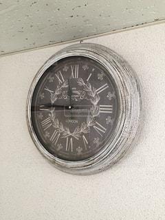 側に取り付けられた時計の写真・画像素材[1285075]