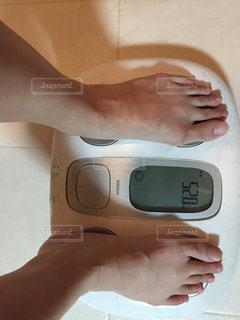アラフォー女性体重計測中の写真・画像素材[1439643]