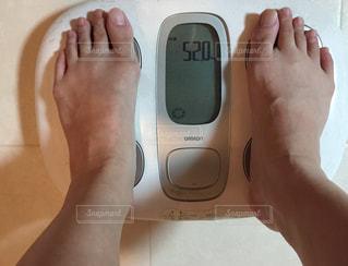アラフォー女性体重計測中の写真・画像素材[1439657]