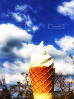 青空下でソフトクリームの写真・画像素材[1566206]