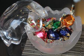 ガラスの器に入ったキャンディの写真・画像素材[1680595]