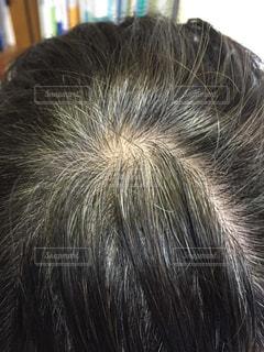 白髪に悩む女性の写真・画像素材[1844218]