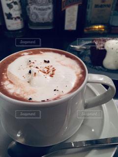 カフェにて甘いコーヒーでひと休みの写真・画像素材[2062298]
