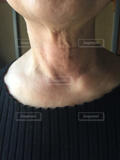 70代女性の首 どうにかしたいたるみの写真・画像素材[2067118]