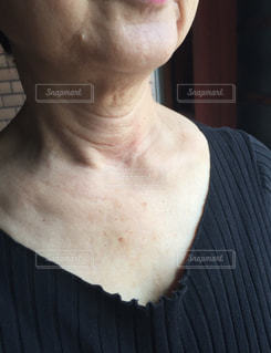 シニア女性の首のシワの写真・画像素材[2067120]