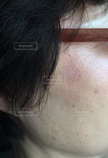 シニア女性 メイクで消せないシミの写真・画像素材[2067122]
