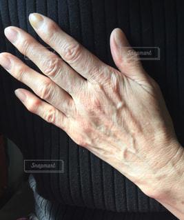 シニア女性の手 シワシミの写真・画像素材[2067124]