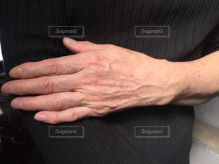 シニア女性の手のシワ、シミの写真・画像素材[2067125]