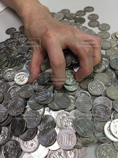 大量の100円玉の写真・画像素材[2129303]