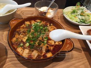 テーブルの上の食べ物のボウルの写真・画像素材[2293773]