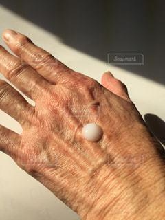 シニア女性、乳液をつけるの写真・画像素材[2792861]