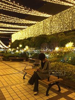 建物の前のベンチに座っている女性の写真・画像素材[2810880]