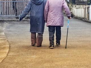 仲良く歩く老夫婦の写真・画像素材[2855093]