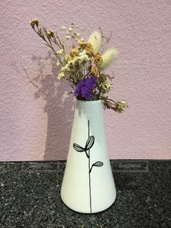ピンクの壁と白い花瓶の写真・画像素材[2865338]