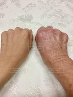 40歳代女性と70歳代の手の甲の比較の写真・画像素材[2873117]