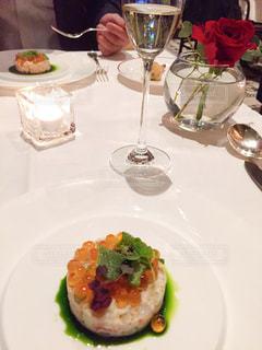 食べ物の皿をテーブルの上に置くの写真・画像素材[2930959]