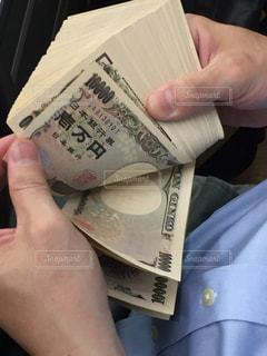 現金を数える男性経営者の写真・画像素材[3234778]