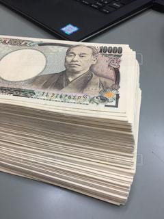 デスクの上のお金の写真・画像素材[3245396]