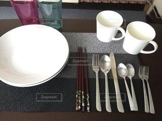一人暮らしのシンプルな食器の写真・画像素材[3316022]